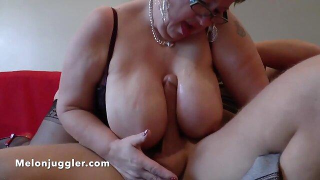 Sex bez rejestracji  Blondynka z gołymi piersiami nie ma czasu, filmiki erotyczne dla doroslych aby powiedzieć jej, jak wziąć kutasa w dziurkę.